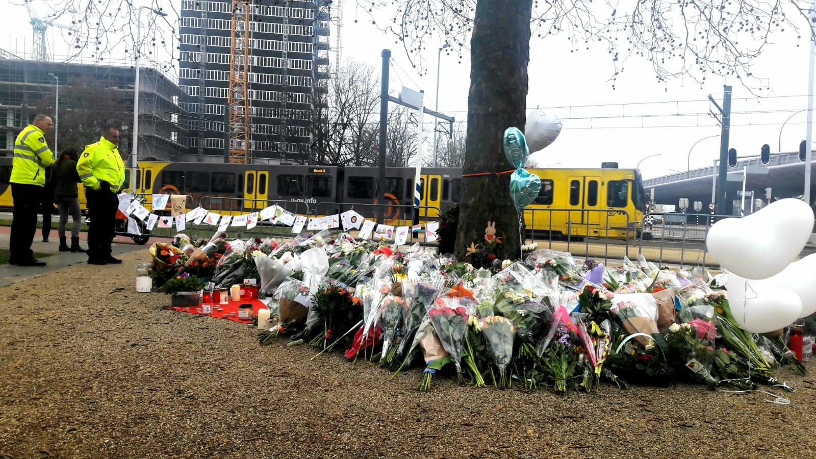 Op het 24 Oktoberplein in Utrecht was de weken na de tramaanslag één grote bloemennzee.