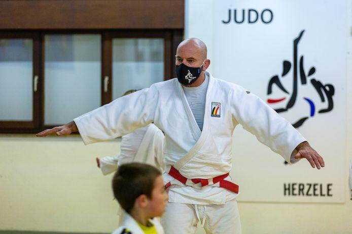 Michel Van Assel, hoofdtrainer bij Judoclub Herzele, splitste de U12 in twee groepen om coronaproof te kunnen trainen.