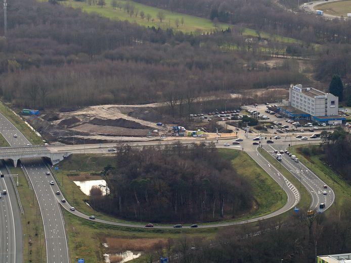 De aanleg van de nieuwe oprit vanaf de Anthony Fokkerweg naar de N2, gezien vanuit de lucht.