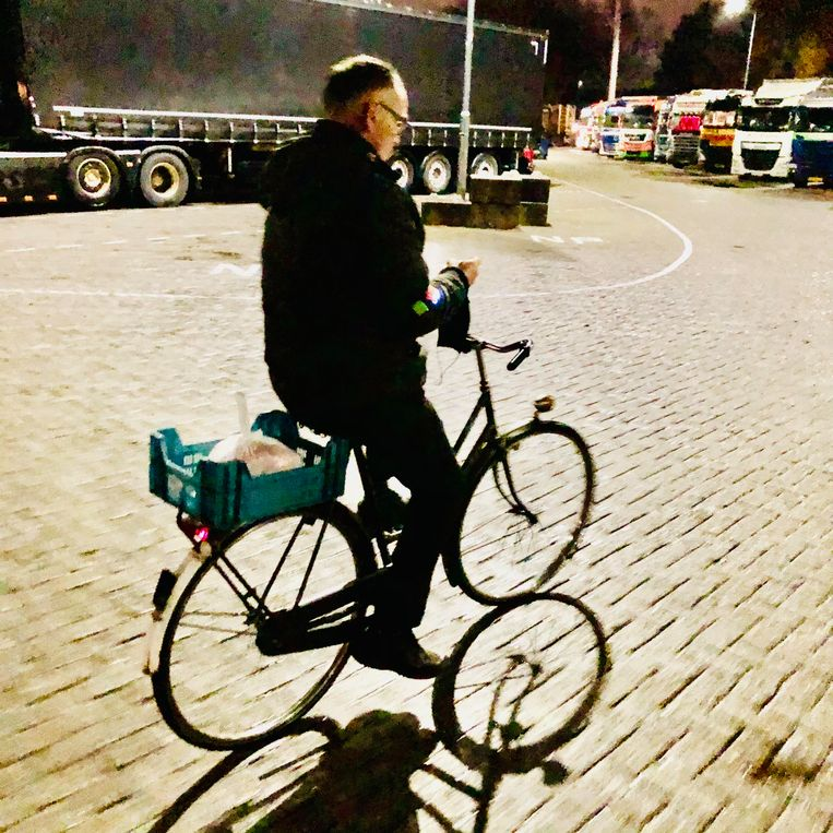 Ober Mark van Wamel bedient nu per fiets, Beeld