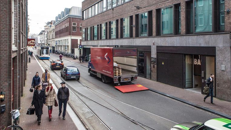 De hoek van de Amstelstraat en het Rembrandtplein is een van de eerste plekken waar camera's met nummerbordherkenning komen. Beeld Floris Lok