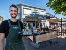 Meerpalen in Deventer, ruw hout in Raalte en bankjes in Zutphen: zo schermen de cafés hun terras af