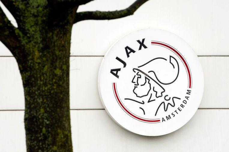 Het logo van Ajax aan de muur van trainingscomplex De Toekomst.  Beeld Hollandse Hoogte /  ANP