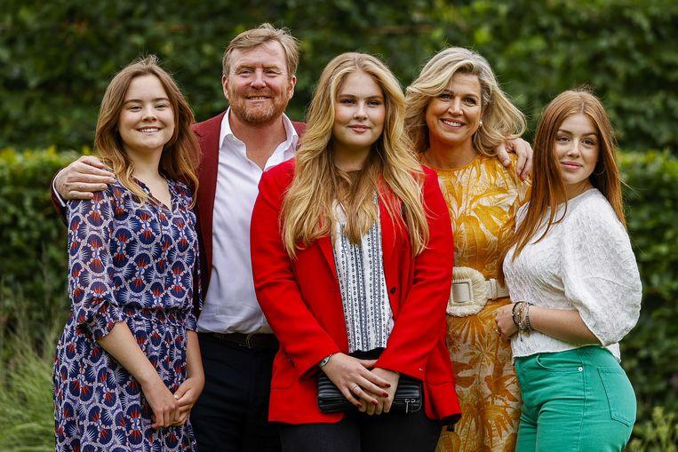 Koning Willem-Alexander, koningin Máxima, prinses Ariane (l), prinses Amalia (m) en prinses Alexia (r) tijdens de zomerfotosessie bij Paleis Huis ten Bosch. Beeld Remko de Waal / ANPbalkenendenorm