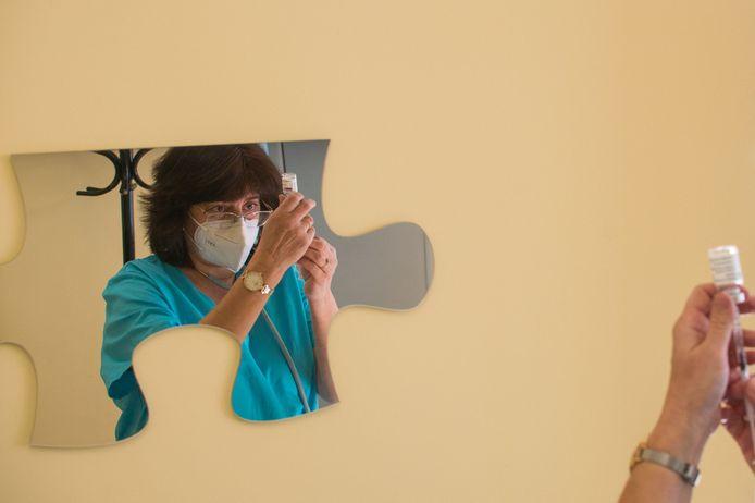 Een dosis van het AstraZeneca-vaccin wordt geprepareerd in de Bulgaarse hoofdstad Sofia.
