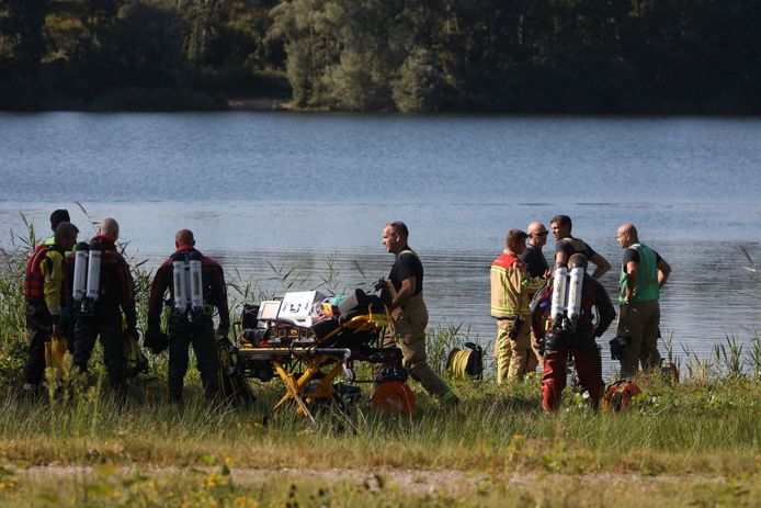 Hulpdiensten zoeken naar persoon in visvijver Ekkersweijer in Son en Breugel.