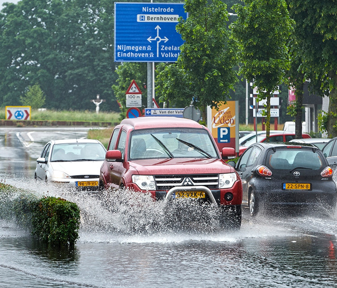 Wateroverlast door de overvloedige regenval niet alleen op wegen, maar ook op landbouwgrond.