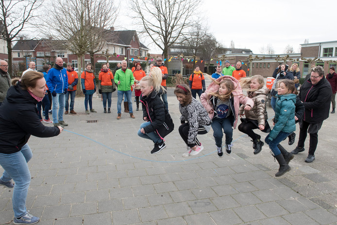 Leerlingen van basisschool De Bellefleur springen touwtje om meer te bewegen.