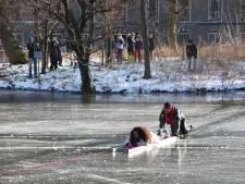 Meisje zakt bij reddingsactie toch nog door ijs bij Hofvijver