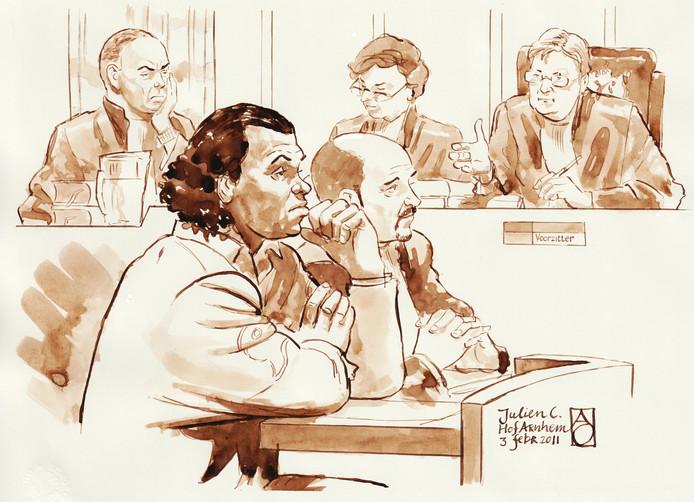 Rechtbanktekening met Julien C., de moordenaar van Jesse Dingemans, op de voorgrond.
