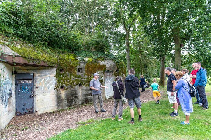 Raimond Klap van Stichting Bunkerbehoud geeft een rondleiding langs de verschillende bunkers in Park Toorenvliedt tijdens Monumentendag.