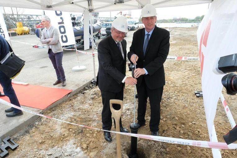 Bij de eerstesteenlegging stoppen Schepen Marc Van Peel en Minister Jan Jambon een tijdscapsule in de grond.