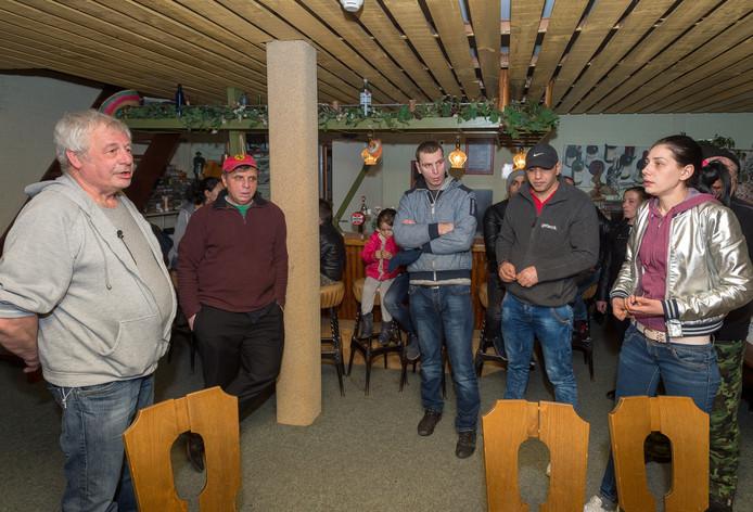 Spanning en boosheid in de kantine van De Beekhorst. Roemeense gasten vernemen er dat ze snel weg moeten