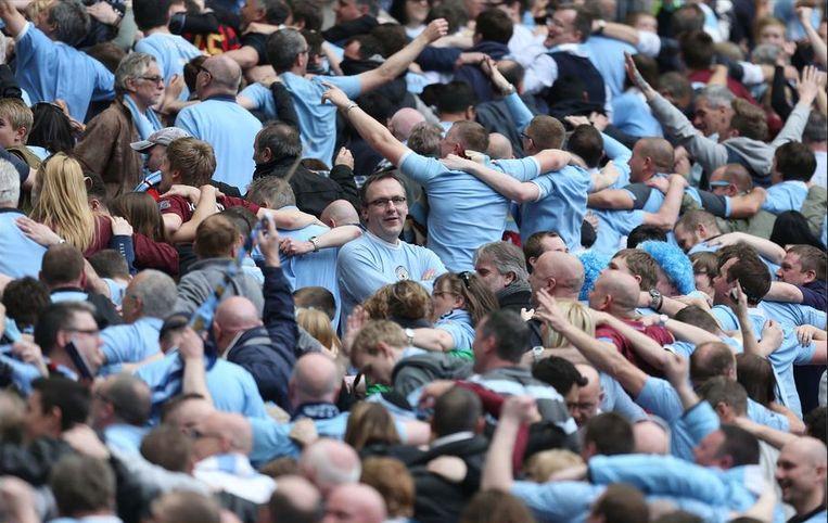 De fans van de Citizens konden nog eens een 'Poznan' doen, waarbij ze met de rug naar het veld op en neer springen. Beeld PHOTO_NEWS