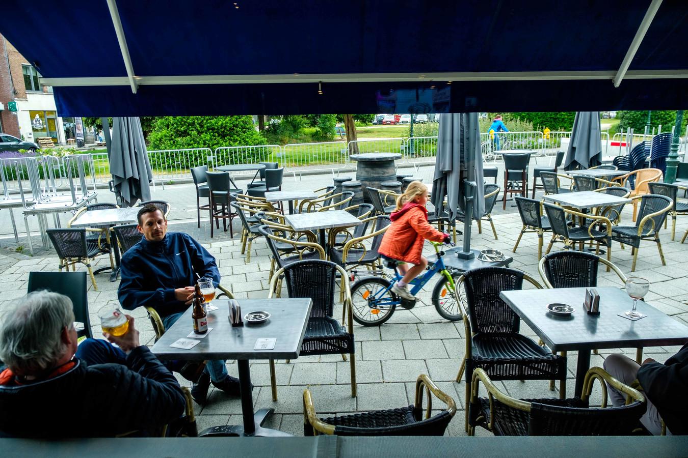 Enkele klanten doen een terrasje op het Laar in Aartselaar.