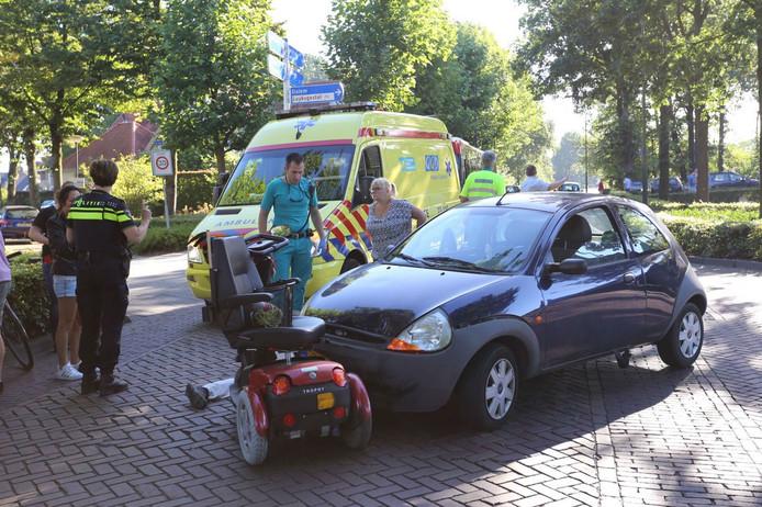 Een scootmobielrijder is gewond geraakt bij een ongeluk op de kruising van de Oude Provincialeweg en de Nieuwstraat in Hapert.