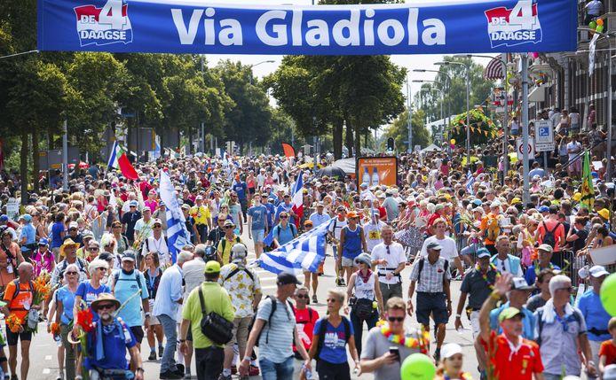 De intocht van de Vierdaagse op de Via Gladiola.