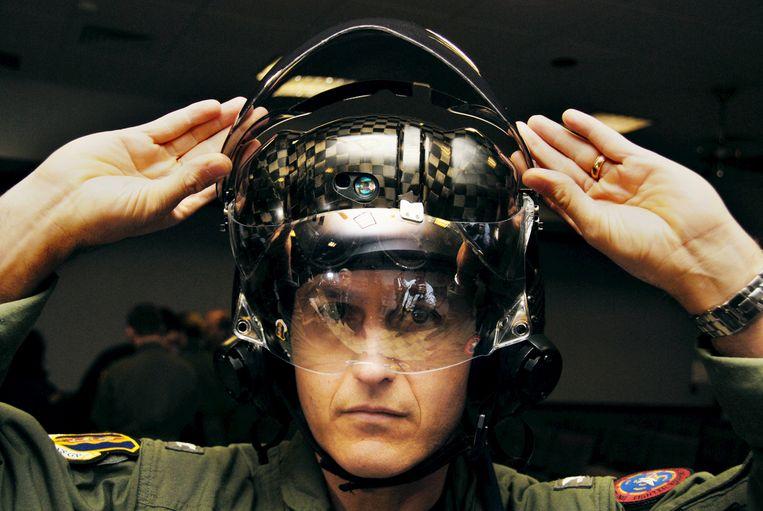 De hoogtechnologische helmen laten F-35-piloten toe om door het geraamte van het vliegtuig heen te zien. Beeld © U S Air Force photo/