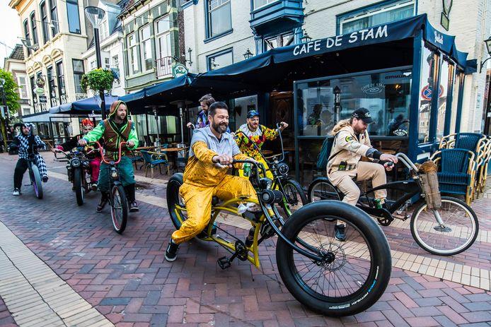 Afzien op een brute custom bike? Misschien voor de gewone fietser wel, maar niet voor Bas Moelard. Samen met zeven vrienden rijdt hij op Hemelvaartsdag van Almelo naar Emmer-Compascuum in Drenthe.