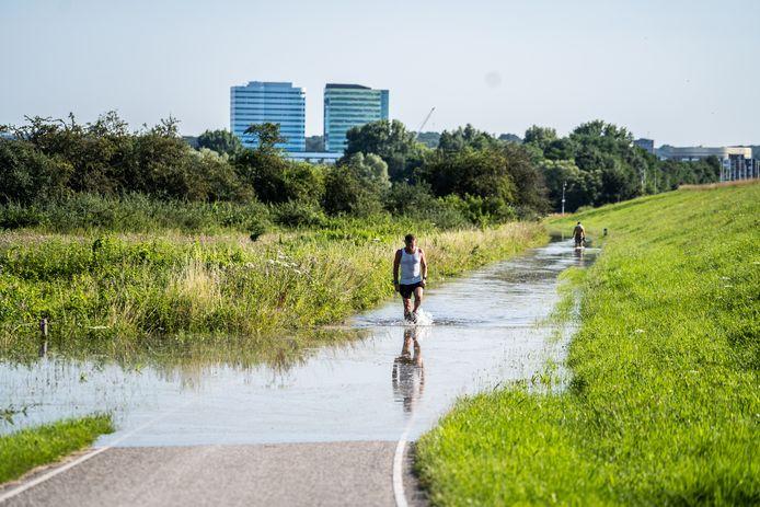 Hoogwater in Arnhem. Sander Mol tijdens zijn hardlooproute.