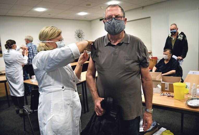Inwoners van Voorthuizen halen de griepprik op 8 oktober.  Beeld Marcel van den Bergh