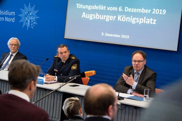Officier van justitie Rolf Werlitz (L), politiechef Michael Schwald (m) en recherchebaas Gerhard Zintl (r) tijdens de persconferentie over de zaak die heel Duitsland heeft geschokt