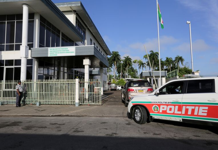 Het gerechtsgebouw in Paramaribo was vrijdag extra zwaar beveiligd vanwege de zitting in de zaak van de Decembermoorden. Beeld REUTERS