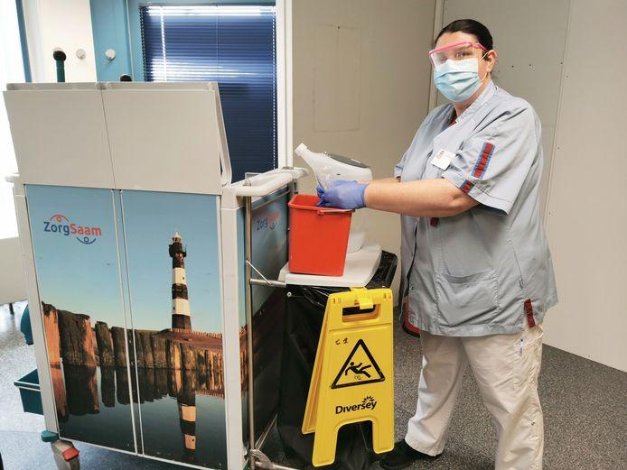Corina van de huishoudelijke dienst in het ziekenhuis ZorgSaam mengt het desinfectiemiddel Fuse. Een veel fijner product om mee te desinfecteren en beter voor mens, dier en milieu.