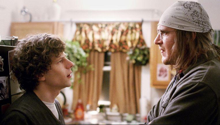 Jesse Eisenberg, hier links op de foto, is weer heerlijk onuitstaanbaar in deze film. Beeld .