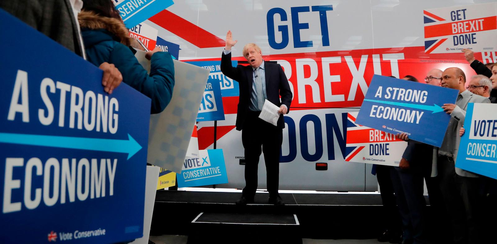 De Britse premier Johnson spreekt aanhangers en voorstanders van de brexit toe in Manchester.