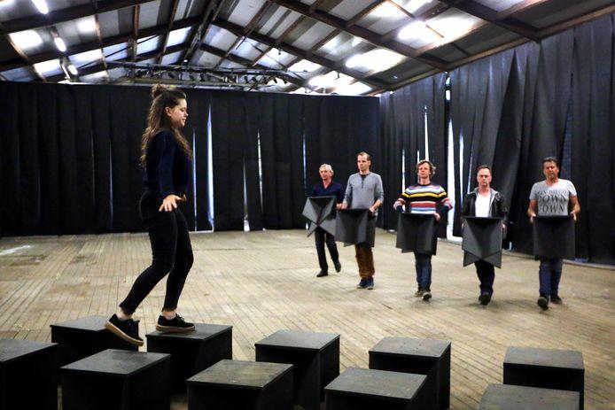 Theater-repetitie van het Zundertse-toneel voor de productie 'harmonie'.