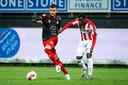 Rai Vloet in duel met Jong PSV, in het shirt van Excelsior. Hier met Claudio Gomes.