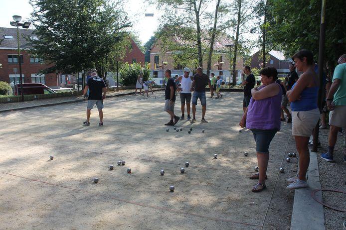 Petanquen onder een stralende zon: de Dorpsfeesten krijgt dit jaar een zuiders tintje.