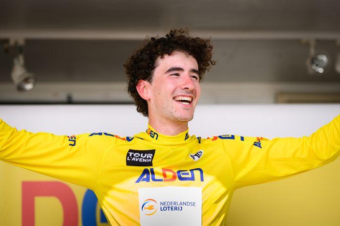 Mick van Dijke mag in de Tour de l'Avenir vijf dagen de gele trui dragen.
