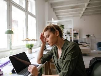 De nieuwe beauty-vijand heet 'tech neck': hoe thuiswerken voor vroegtijdige rimpels kan zorgen