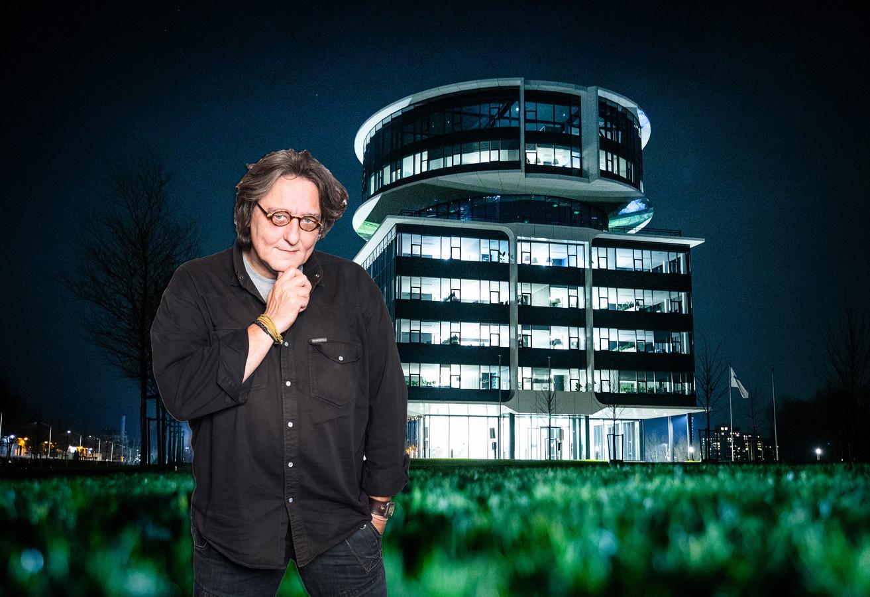Kees Thies met op de achtergrond het hoofdkantoor van Fokker in Papendrecht.