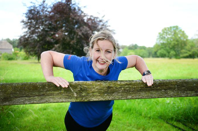 Janet Bannink viel tientallen kilos af en is nu lifestyle- en sportcoach. Ze schreef er een boek over.