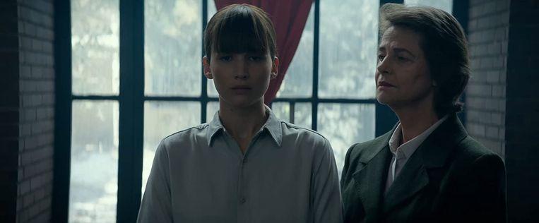 Jennifer Lawrence (links) en Charlotte Rampling in Red Sparrow. Beeld