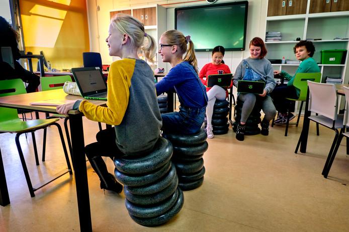 De nieuwe krukken van het NOVA Tienercollege zien er niet alleen anders uit, de leerlingen kunnen er ook op wiebelen. En dat is precies de bedoeling.