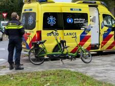 Automobilist rijdt duofiets aan in Deventer: fietsers mee naar ziekenhuis