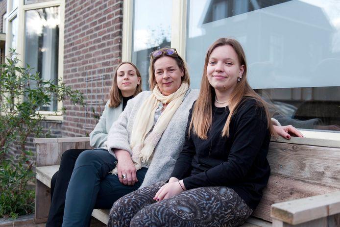 Gery Voogt uit Deventer geeft haar stemrecht aan haar dochters Sara Yuk (links) en Dide.
