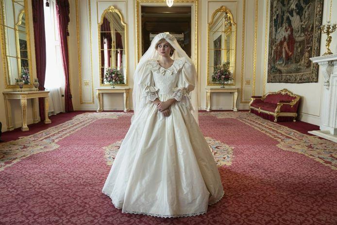 Prinses Diana in de Netflixserie, met de replica van de jurk.