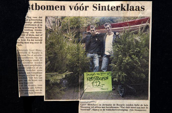 Een foto van het knipsel uit nieuwsblad De Traverse van zestien jaar geleden met Jermain de Rozario (l) en Geert Blenckers in de kerstbomenwinkel bij hun appartement aan de Steenweg.