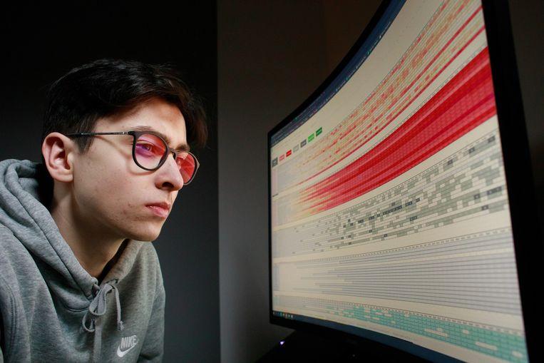 Michal Rogalski met zijn zelf gebouwde database met Poolse coronacijfers.  Beeld Piotr Malecki