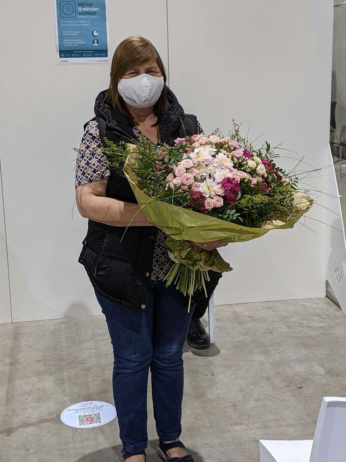 Conny Coene viel twee keer in de prijzen vandaag, met haar vaccinatie én een bos bloemen.