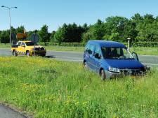 Auto en bestelwagen botsen op elkaar, schade is behoorlijk