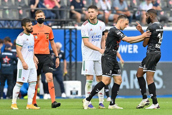 Lasse Vigen Christensen milieu de terrain et Abdoulaye Sissako milieu de terrain de Zulte Waregem pendant le match de Jupiler Pro League entre Oud-Heverlee Leuve et SV Zulte Waregem le 24 juillet 2021 à Louvain.