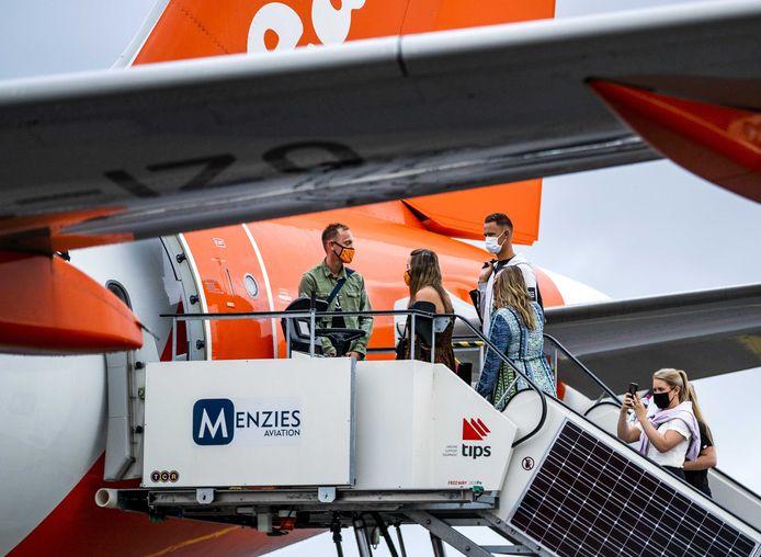 Passagiers gaan op Schiphol aan boord voor vertrek naar Spanje.
