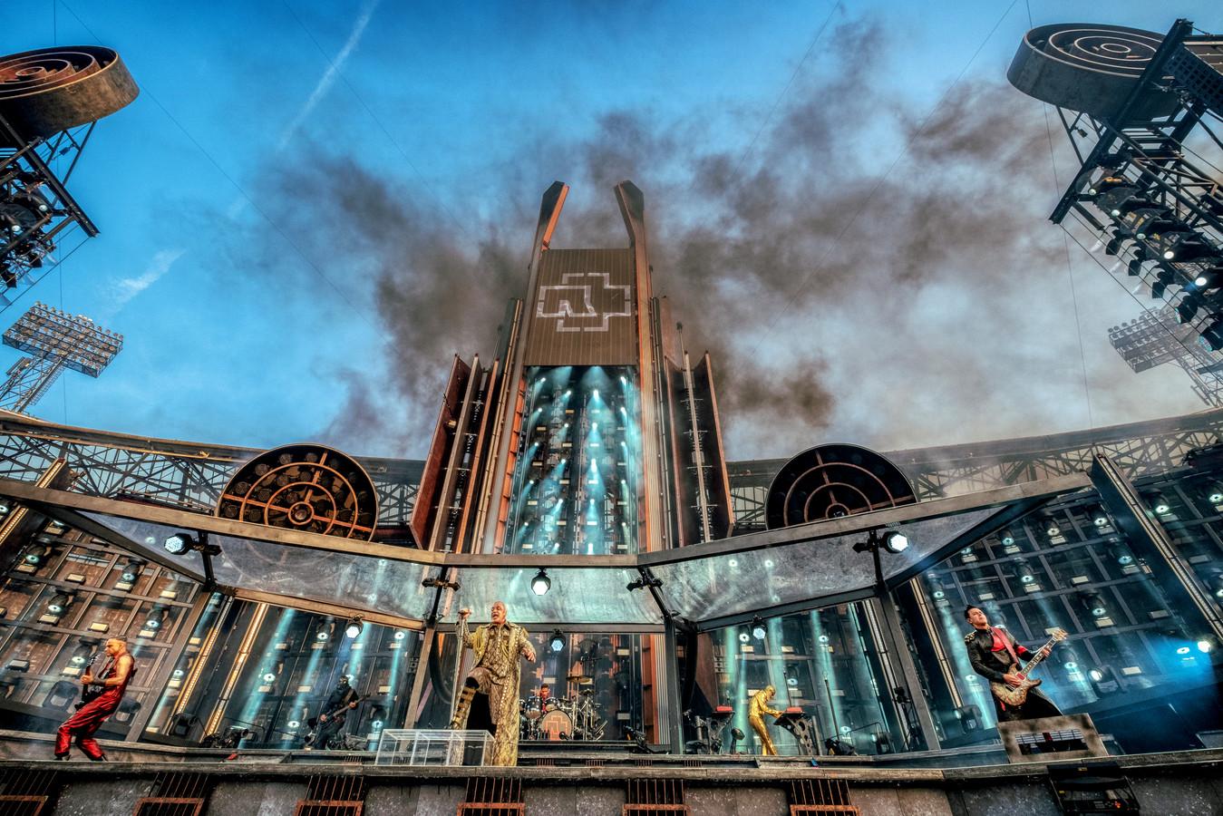 Rammstein trad gisteren op in de Kuip met een show vol spektakel