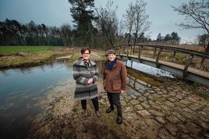 Kandidaten Ellen Pot en Bernard Rouffaer  voor de waterschapsverkiezing vinden elkaar in hun hart voor de natuur, al liggen hun politieke voorkeuren, respectievelijk PvdA en VVD, behoorlijk ver uit elkaar.